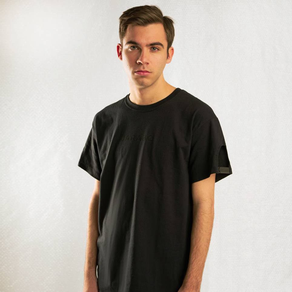 SNAPBACK BLACK T-SHIRT